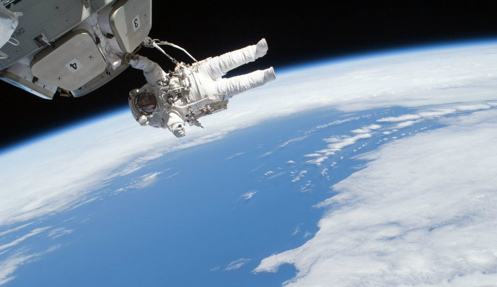 Spacewalker_outside_cupola